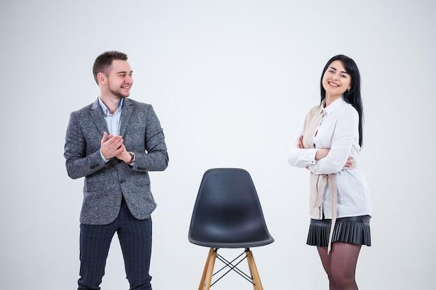 Бизнесмены мужчина и женщина, учителя приглашают на работу специалистов. создание нового бизнес-проекта.