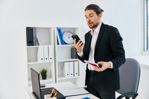 Офисные рабочие документы бизнесменов с телефоном в руке босс