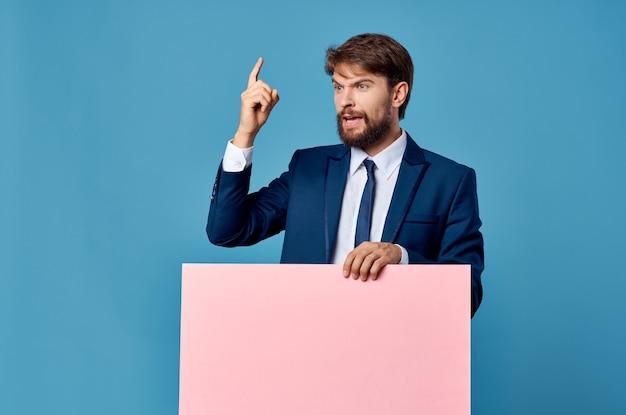 手に青い背景のビジネスマンピンクのモックアップポスター