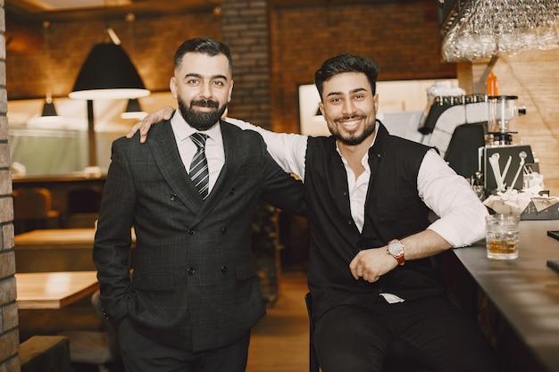 カフェでポーズをとるビジネスマン