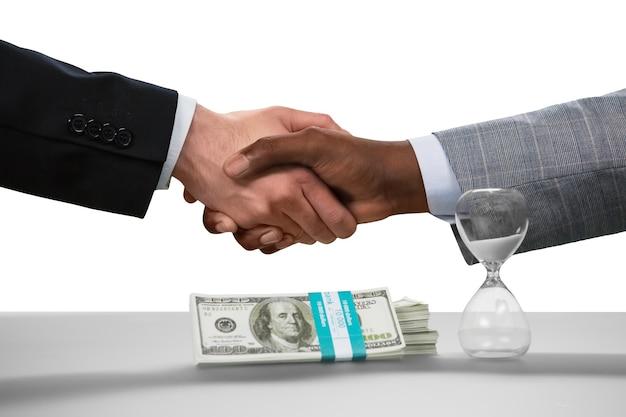 Бизнесмены пожимают друг другу руки. сделка заключена. нет пути назад. дружба стран.