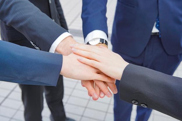 Бизнесмены укладывают руки
