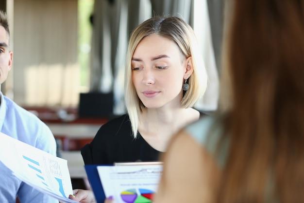 Бизнесмены оформляют документы в кафе