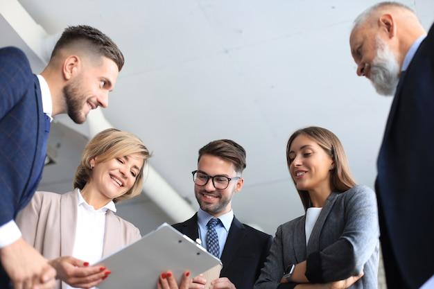 기업인은 투자 계획을 논의하기 위해 브레인스토밍 회의를 팀워크합니다.