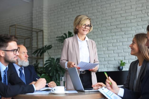 Совместная работа бизнесменов, мозговой штурм для обсуждения инвестиционных планов.