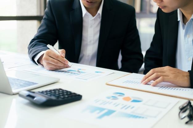 Совещание по совместной работе бизнесменов для обсуждения инвестиций.