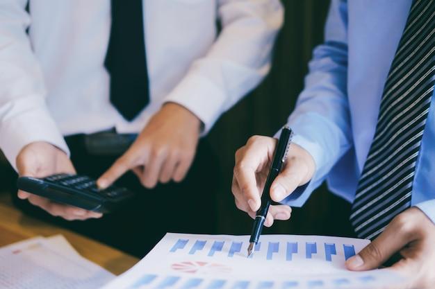 Встреча бизнесменов для обсуждения инвестиций.