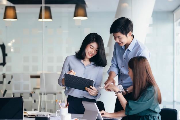 투자를 논의하기 위해 기업인 팀워크 회의.