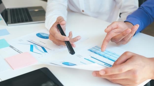 投資について議論するビジネスマンチームワーク会議。