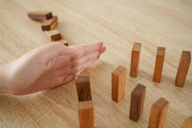 Бизнесмены ломают планку руками. непрерывное падение. концепция хеджирования