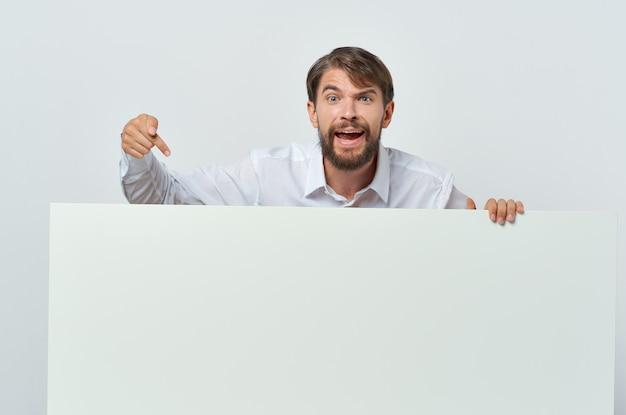 手でビジネスマンの白いバナー空白シートプレゼンテーション孤立した背景。高品質の写真