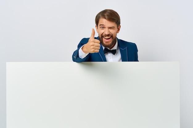 手でビジネスマンの白いバナー空白シートプレゼンテーション白い背景