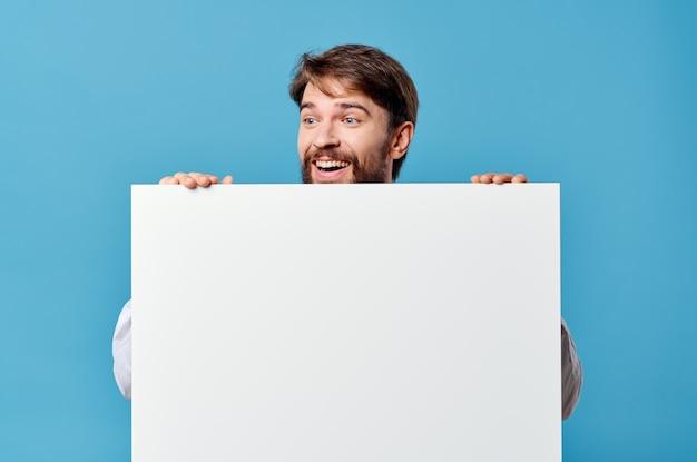 孤立した背景を宣伝する手でビジネスマンの白いモックアップポスター