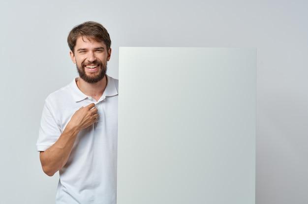 マーケティングの白い背景の手にビジネスマンのホワイトペーパー。高品質の写真