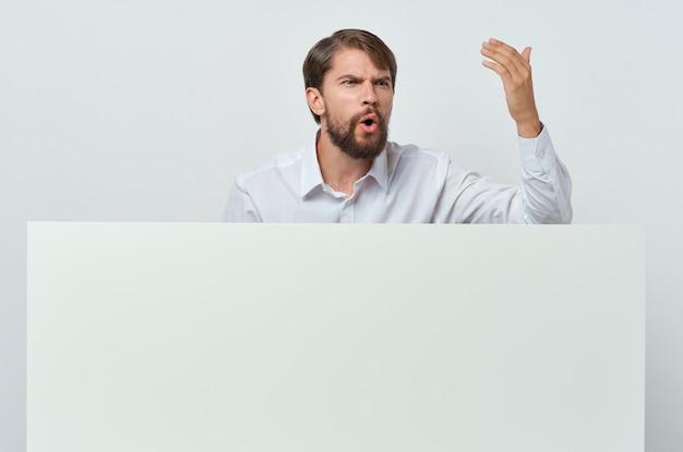 マーケティングの白い背景の手にビジネスマンのホワイトペーパー