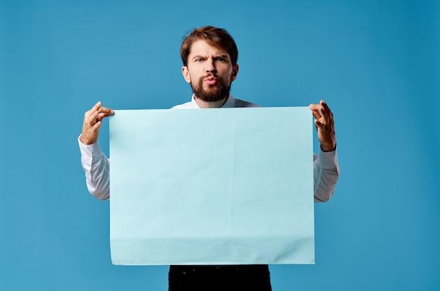 青いモックアップポスターサインコピースペース孤立した背景を持つビジネスマン