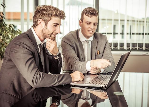 Бизнесмены с ноутбуком
