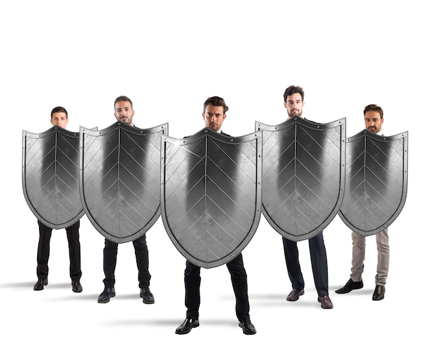 Бизнесмены со щитами. концепция защиты и защиты в деловом мире