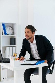 ビジネスマンはラップトップの感情のライフスタイルの前で働きます