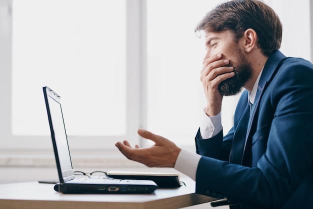 オフィス感情インターネット関係者のラップトップのために働くビジネスマン