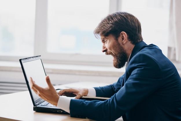 사무실 감정 인터넷 기술에서 노트북을 위해 일하는 기업인