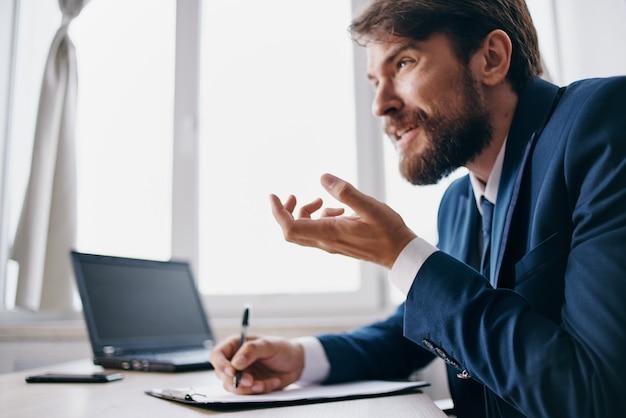 オフィスの感情技術でラップトップのために働くビジネスマン
