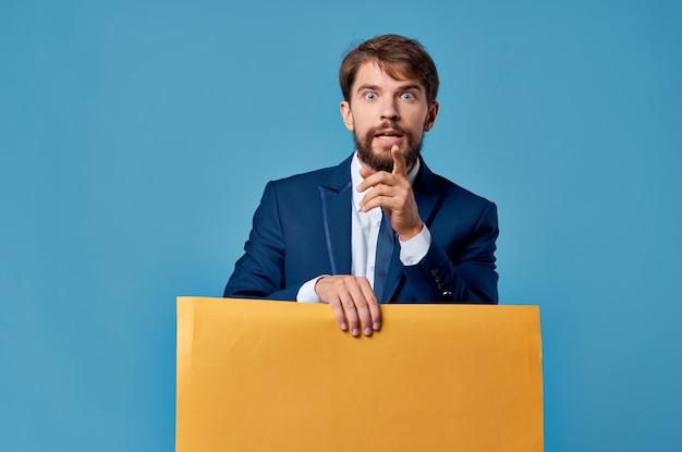 ビジネスマン黄色の看板広告コピースペース孤立した背景