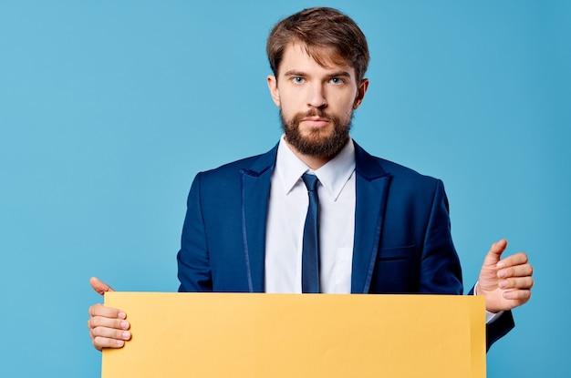 手で隔離された背景のビジネスマン黄色のモックアップポスター Premium写真