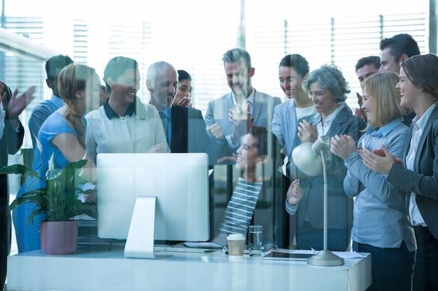 Бизнесмены аплодируют на презентации своих коллег