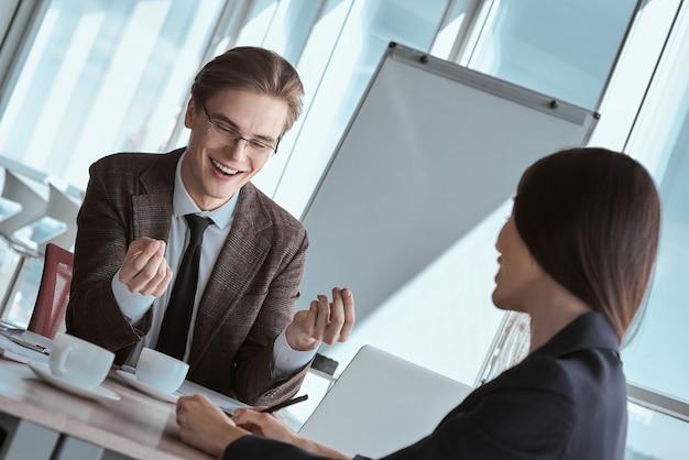 Бизнесмены в офисе, работая вместе, сидя обсуждают природу