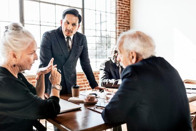 会議でブレーンストーミングするビジネスマン