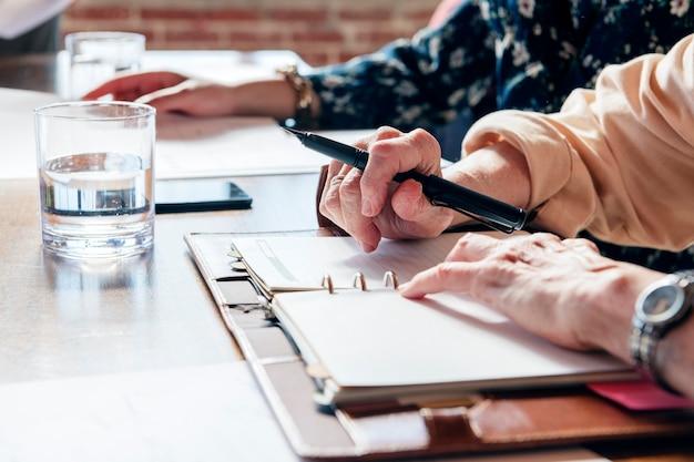 Бизнесмены проводят мозговой штурм на встрече