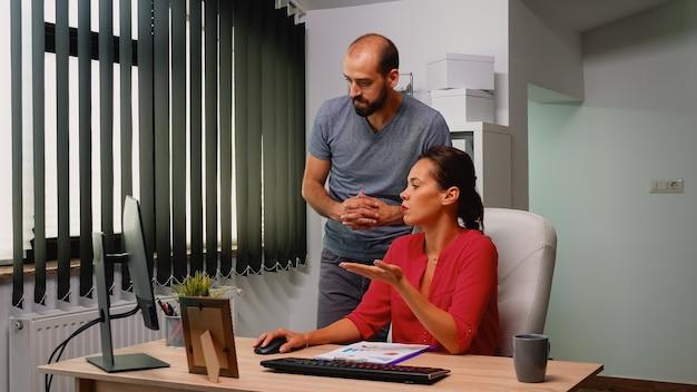 현대 로프트에서 새로운 시작 프로젝트와 함께 일하는 사업가들. 데스크탑을 보고 컴퓨터 키보드에 타이핑하는 개인 기업 회사에서 전문 직장에서 상담하는 팀