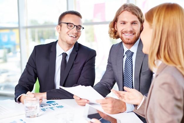 Imprenditori che parlano di un'idea interessante