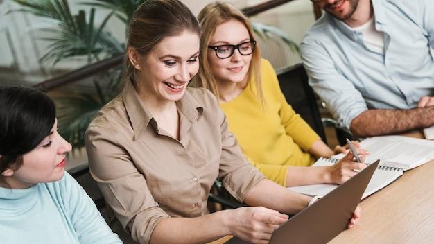 Бизнесмены во время встречи в помещении