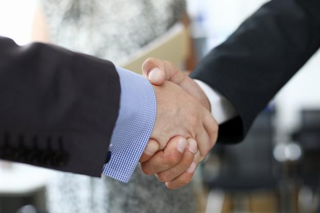 Предприниматели рукопожатие в офисе