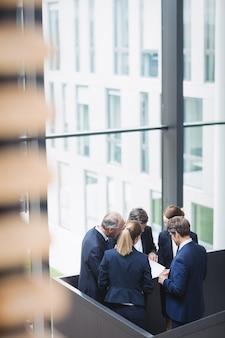 オフィスでの議論を持つビジネスマン
