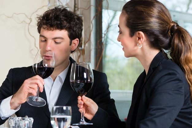 Деловые люди, обедающие в ресторане изысканной кухни