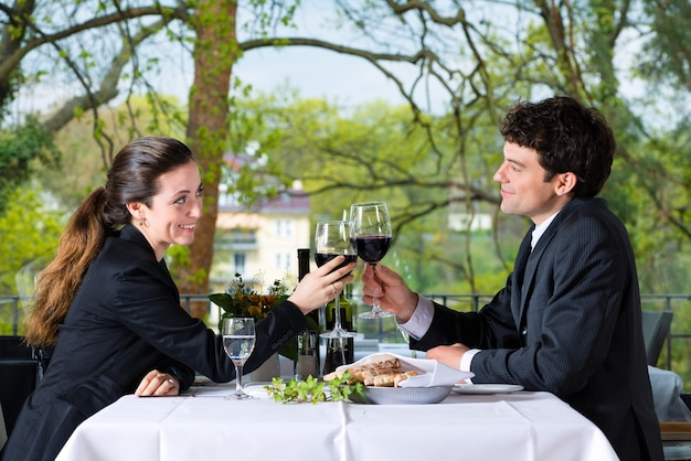 高級レストランでビジネスランチをしているビジネスマン