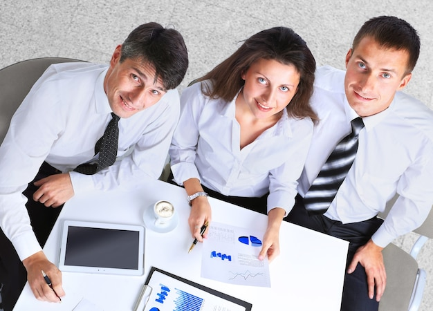 현대 사무실에서 테이블 주위에 회의 갖는 기업인