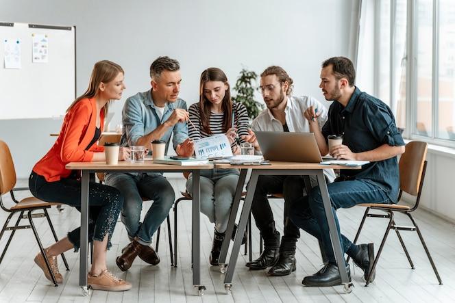 Встреча бизнесменов в офисе работает