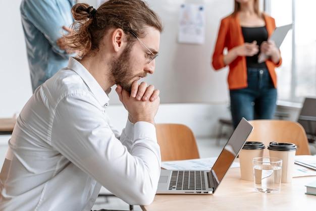Imprenditori riuniti in ufficio a lavorare insieme