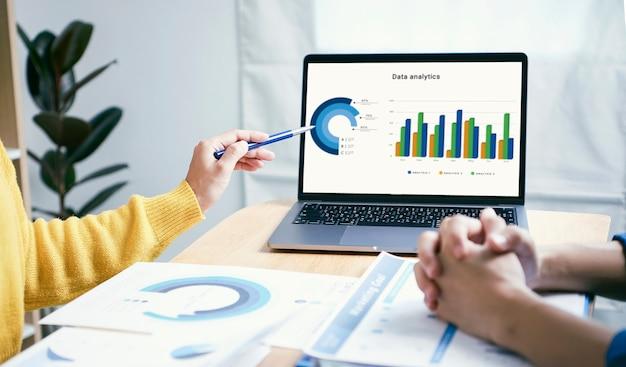 ビジネスマン会議計画分析グラフ会社の財務戦略