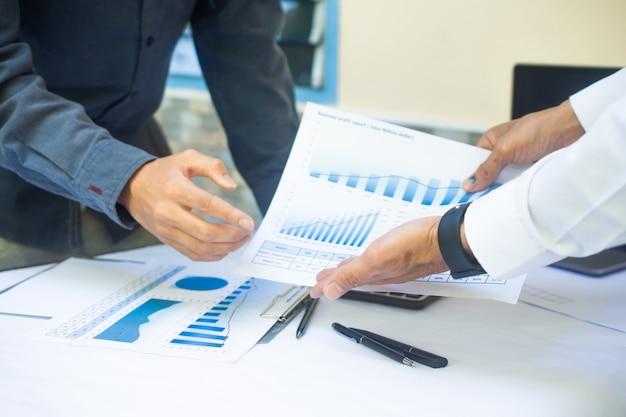 Отчет о встрече команды бизнесменов в офисе