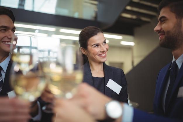 シャンパンのグラスを乾杯の実業家