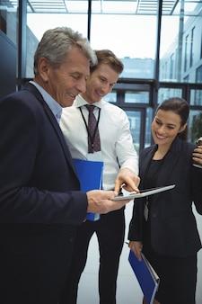 Бизнесмены, использующие цифровой планшет