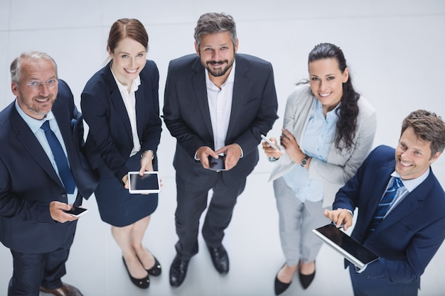 携帯電話とデジタルタブレットを使用するビジネスマン