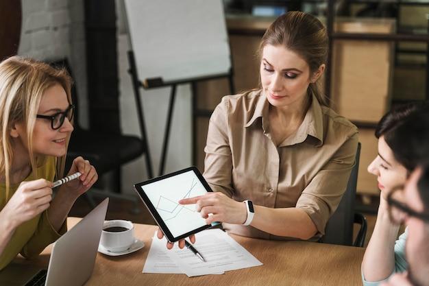 会議中にタブレットを使用するビジネスマン