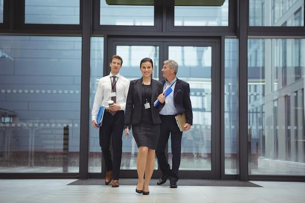 Бизнесмены, идущие вместе с файлом