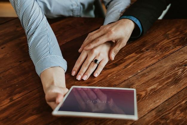 デジタルタブレットのモックアップを持つビジネスマン